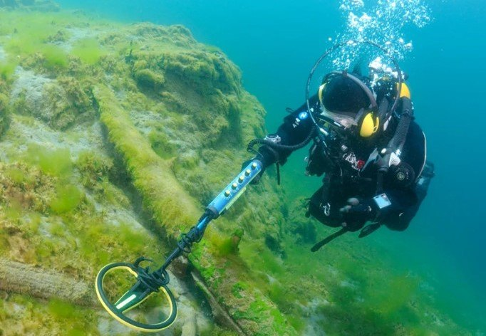 diver using Minelab Excalibur II metal detector underwater